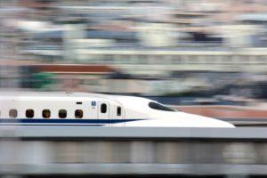 超高速で走る新幹線