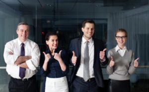 満面の笑顔を浮かべるビジネスマンたち