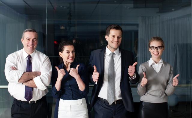 開業freeeを使って満面の笑顔を浮かべるビジネスマンたち